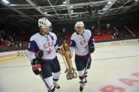 Подробнее: Хоккеисты СКА увозят в раздевалку первый в истории «Кубок Донбасса». Фото Павла ГАРКАВЕНКО